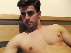 Super fit dude jerks off on cam